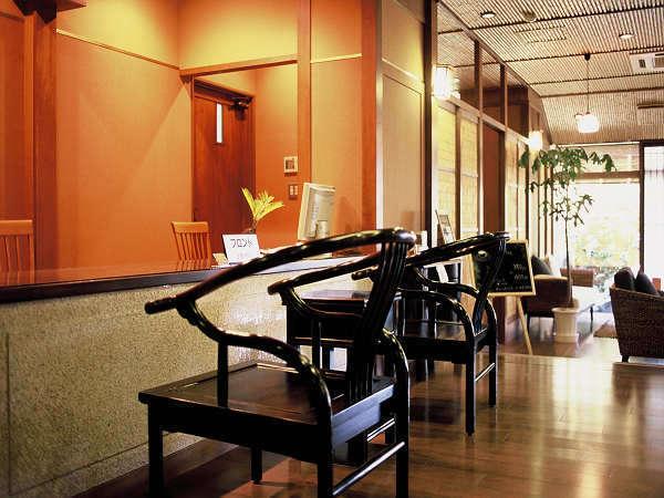 【ロビー】フロントではアンティークな椅子に腰を下ろしてチェックイン