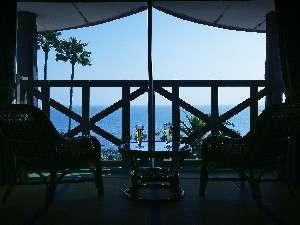 全室オーシャンビューの客室。高台にあるので、テラスからは、海が一望できる!