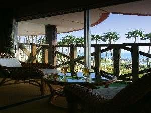 潮騒と潮風が楽しめる。目の前には、青い海と南国風の椰子の木が・・・。ハワイアンムードたっぷり♪