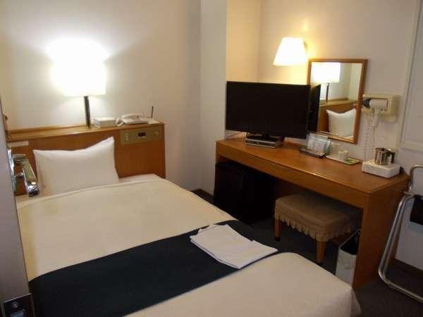 全室にセミダブルベット(1230×1970)を設置。32型液晶TVをはじめ客室アメニティも充実。