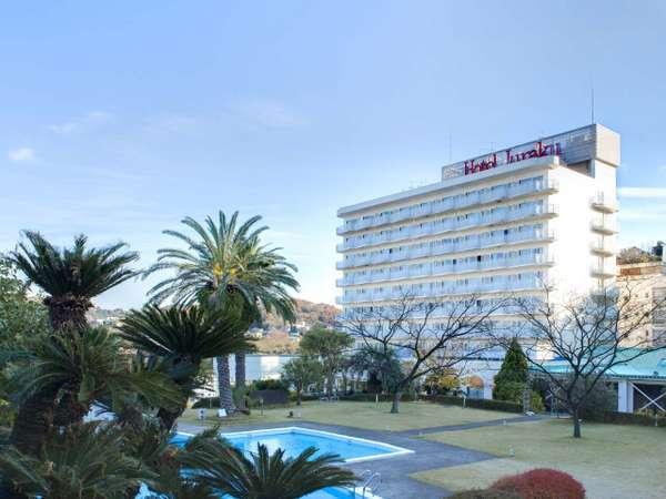 伊東の高台に建ち、相模湾を一望出来る白亜のホテルです。