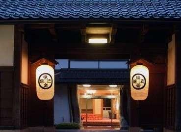 【長屋門】因幡の旧家より移築され、純日本建築の風格と歴史を伝えます。