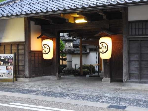 【三朝温泉 後楽】総けやき造りの長屋門が純日本建築の風格と歴史を伝える温泉宿
