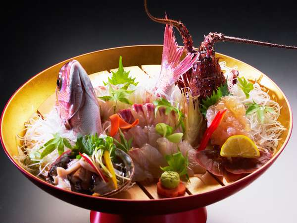 伊勢志摩は海の幸の宝庫。旬の素材がお楽しみのお食事を飾ります。
