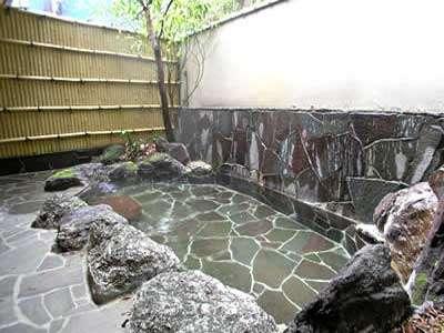 【露天風呂】澄んだ空気と心地よい湯ざわりをお楽しみ頂けます。