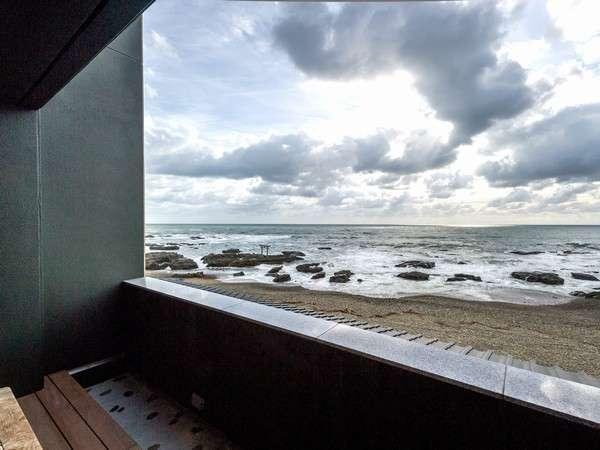 魅力1★日本の渚百選・大洗海岸に立地 波打ち際まで約30mの客室テラスは絶景!潮風に吹かれる別世界へ