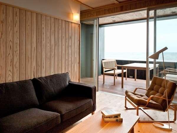 魅力3★檜や杉の無垢板を用いた波打ち際の客室 テラス+リビング+和室またはベッドルームの広々な別荘風