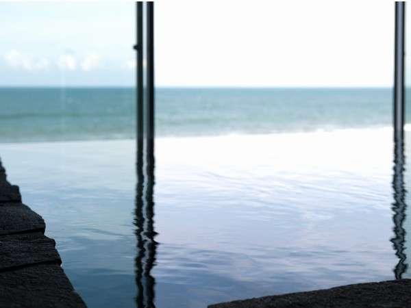 お風呂も魅力★海との一体感を感じるエッジレスデザイン 鎮守の森に湧く御神水を温めた湯が海と重なる