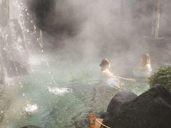 滝の流れる庭園露天風呂