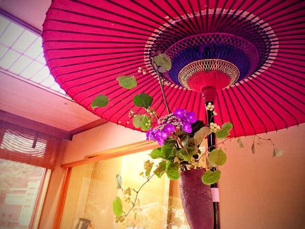 生花を飾り、お客様をお迎え致します。