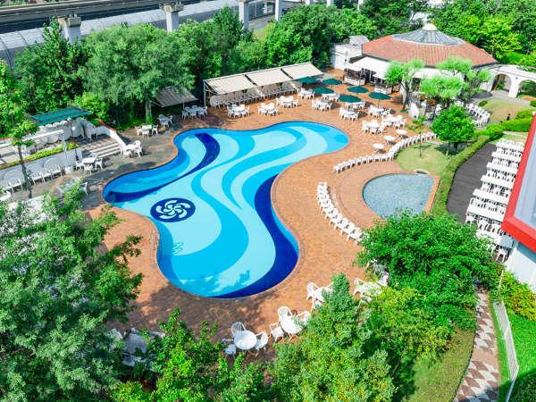 緑に囲まれたバタフライ型のプールはリゾート気分を満喫できます。