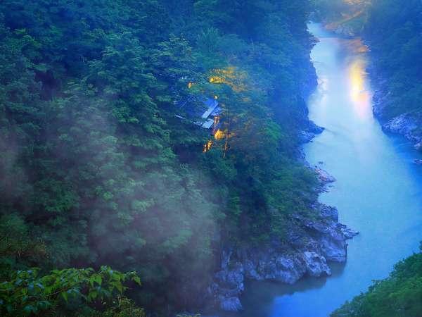 *【外観】天竜峡の朝もやの中に佇む
