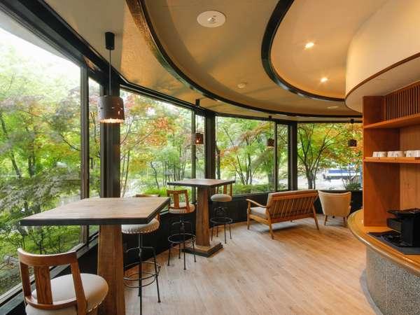 2018年7月にできた当館の「book cafe」新緑を眺めながら読書に浸る贅沢。