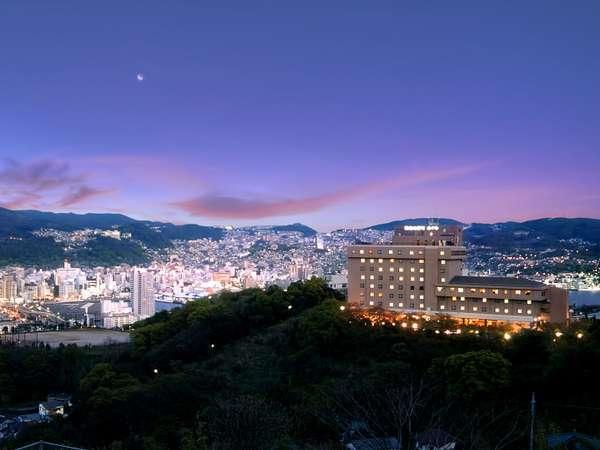 稲佐山中腹に位置し、昼夜を問わず絶景をお楽しみ頂けます。