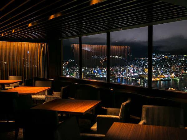 本館最上階ラウンジからは、美しい長崎の夜景をご堪能いただけます。
