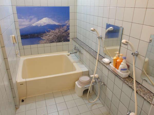 *1~2名様が入れる湯船とシャワーが2つついた浴室です。