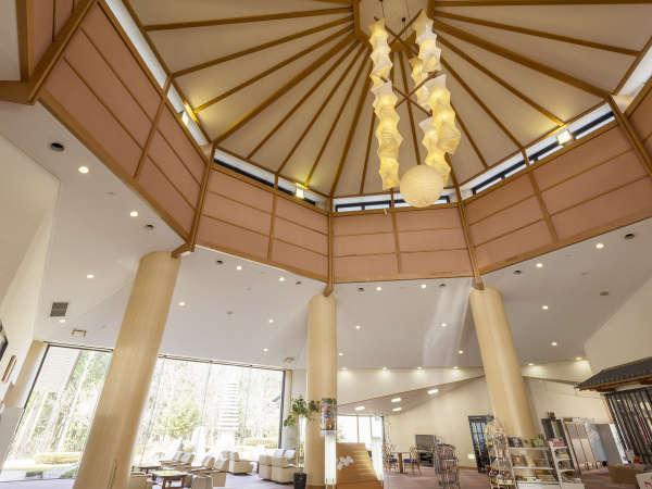 ロビー天井の吹き抜けが全体を明るく、開放感ある雰囲気で包み込んでくれます。