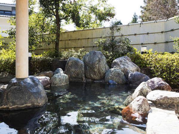 小鳥がさえずる、開放感。緑の木々に囲まれた自然豊かな露天風呂。(昼)