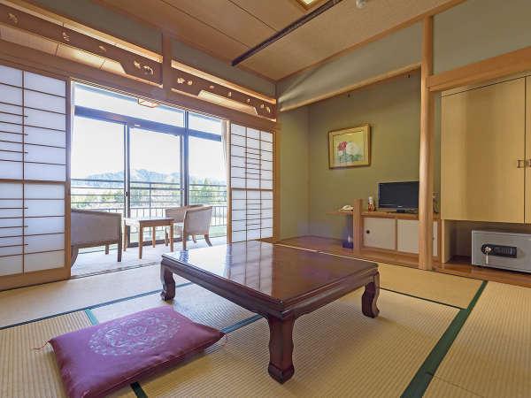 山々を眺めるゆったりした和室です。