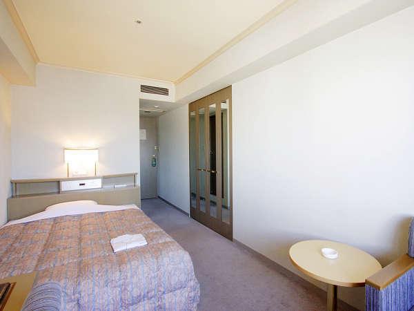 ≪セミダブルルーム≫約17~18平米のお部屋に幅140cmのベッド。2名様のアメニティを用意。