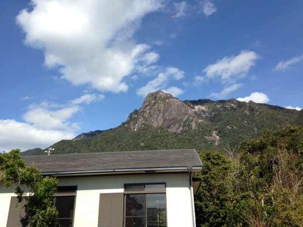 庭から見た宿とモッチョム岳です。
