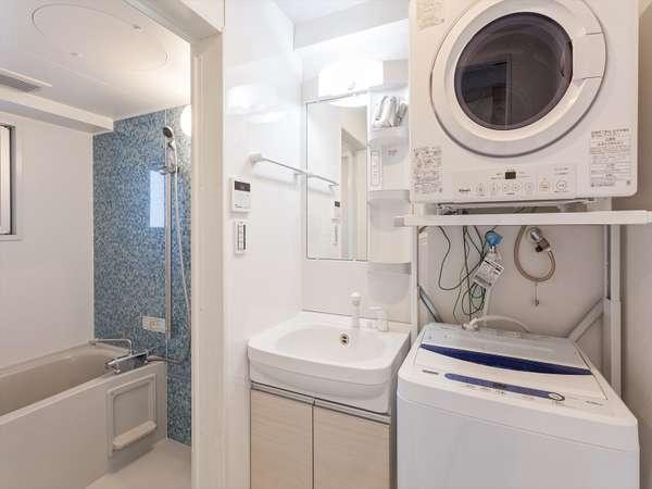 【全室共通】大きく明るい洗面台の横には洗濯機(洗剤あり)とガス乾燥機を完備