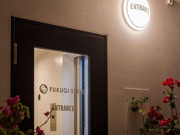 玄関エントランス外観ロゴ