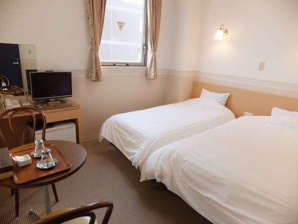 ツインルームのお部屋です。ベッドはシングルベッド1台、セミダブルベッド1台です。