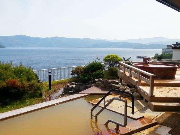 雄大な湖と山々、どこまでも続く空。開放感に浸る、最上階の天空露天風呂。