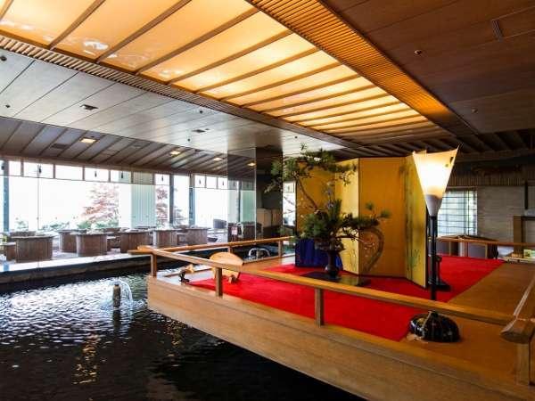 【ロビー】情緒ただよう空間と涼やかな水の音でお客様をお迎え致します。
