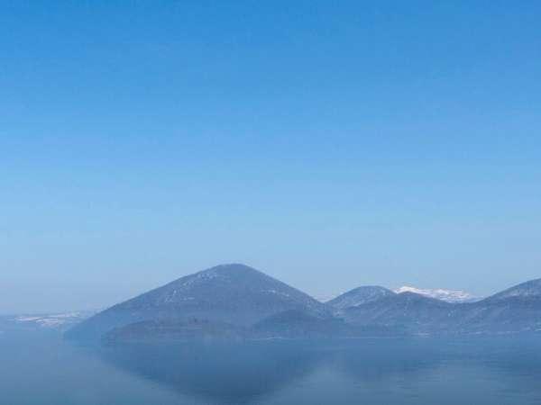 洞爺湖の中央に浮かぶ'中島' その先には蝦夷富士'羊蹄山'