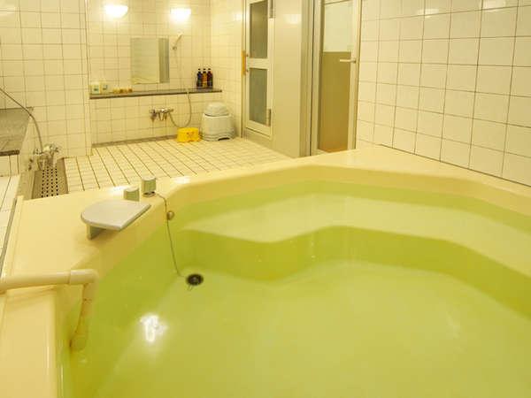 【小浴場】客室ユニットバスのほか、浴場がございます。2~3名様程度の小浴場です。