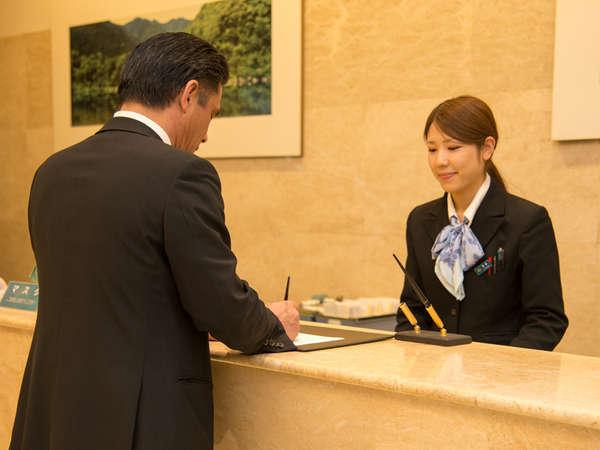 【フロント】ようこそ!ロイヤルホテル四万十へ♪のんびりと快適なご滞在をお楽しみ下さい。