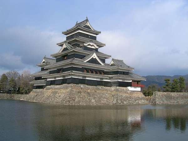 国宝松本城。徒歩圏内です。入城時間は8:30~17:00までご観覧できます。ただし、受付は16:30まで。