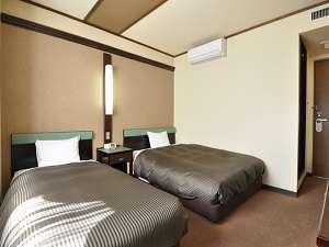 幅140cmのダブルベッドと幅97cmシングルベッド設置。家族や友達との滞在にお勧め♪