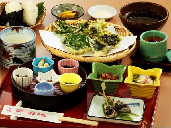 昼食『結び御膳』(\1,500)豆乳花はもちろん、野草の天ぷらを岩戸の塩でいただきます。<要予約>