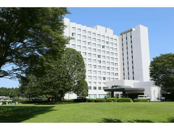 ホテルのタワー館と広大な庭
