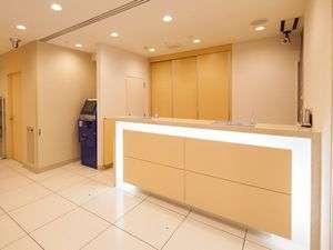白を基調とした明るい雰囲気のフロントです。スーパーホテル東京・大塚