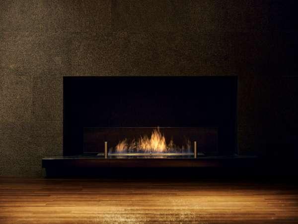 暖炉が灯る宿泊者専用ラウンジでゆったりとした時間をお過ごしください。