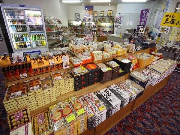 館内ロビーのお土産コーナー。熊本・山鹿のお土産はココで!