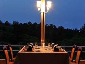 【展望レストラン】窓の外は弥彦の杜が・・・