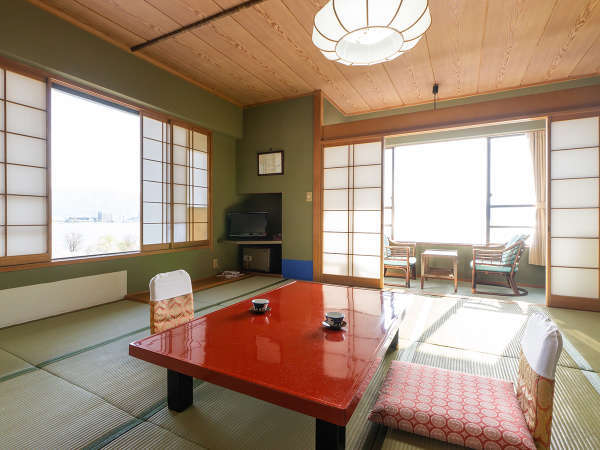諏訪湖の美しい景色を望みつつ、くつろげる和室