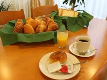 ご朝食はパン・ドリンク・ヨーグルト等の軽朝食となっております。
