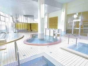 【大浴場】湯元ならではの豊富な湯量が自慢の300㎡大浴場は、源泉100%!もちろん全浴槽かけ流し