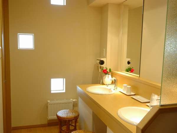 【洗面所】お部屋(12畳)の洗面台は大きな鏡と明るい照明と二人用がうれしい。