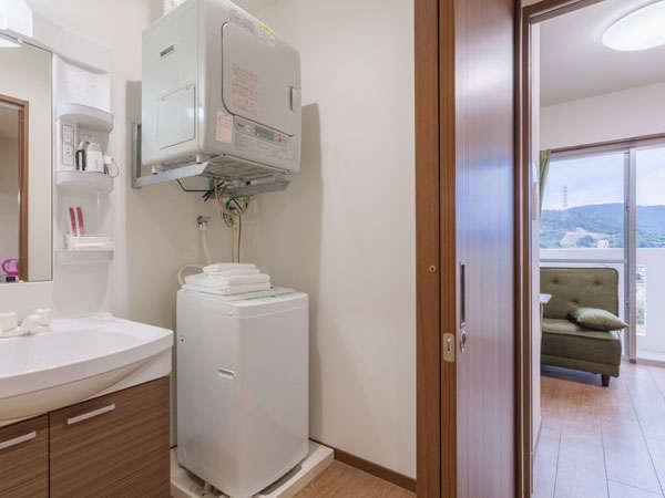 【室内】洗面所からリビング、寝室を望む。室内洗濯機(4.2kg)とガス乾燥機を完備。便利にご利用下さい。