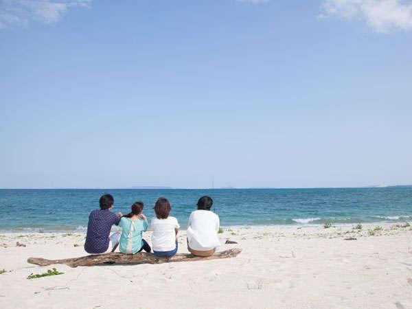 ヤカビーチで海を眺め、まったりと過ごす午後。