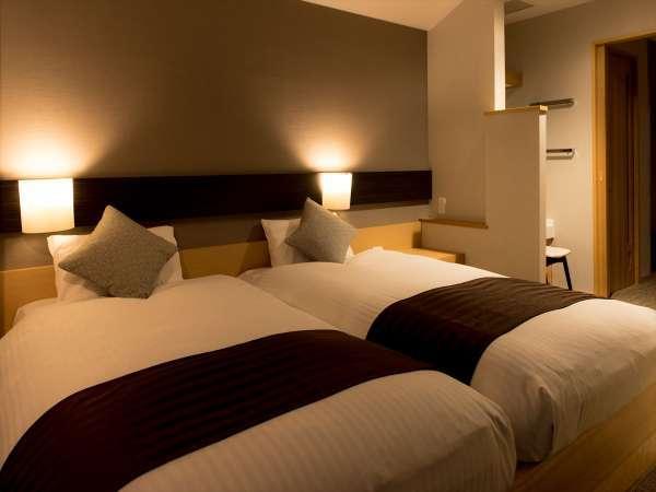 【和モダン客室】一体型のベッド台。布団の間を詰めるとお子様と添い寝が可能です!