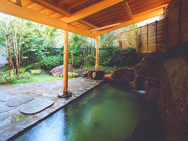 【大浴場 露天風呂】緑に囲まれた露天風呂は、ゆっくり長風呂を楽しみたい方へおすすめ