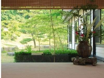 玄関にある季節のお花とお庭の竹林が雅やかな空間を演出し、皆さまをお出迎え致します。